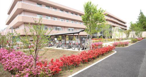 お向かいは総合病院。<br>マンションからは花が咲く中庭が見えます